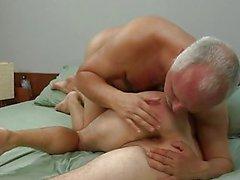 Homosexual Mayor pita hunk jóvenes una paja en la cama de