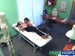 Falsa Il paziente del tatuaggio Hot Hospital curato con cazzo duro di
