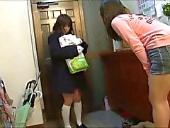 Mädchen mit Windelpaket