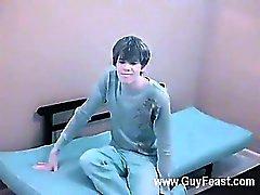 Hot homo Hän näyttää hauskan näköinen namia kun chab riisuu alas