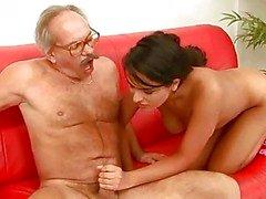 Mooie tiener neuken met geile opa