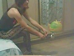 Mädchen zeigt ihre Füße und Arsch in sexy Strumpfhosen