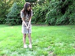 Brunette Eager ama succhiare cazzo duro sul campo da golf
