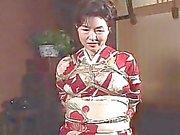 Chienne mature se asiatiques a une session de corde à à endurer