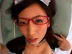 Kinky Oriental maid avec des verres suce et baise un co épaisseur