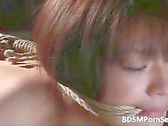 Adolescente puta asiática é escrava com cordas