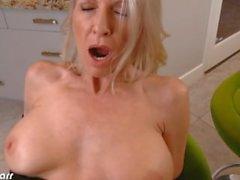 Große Brüste Emma Starr nehmen Schwanz in POV
