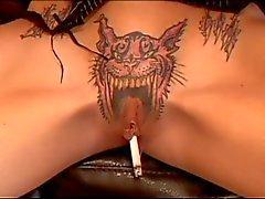 Sexy babe fume cigare par la chatte