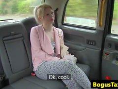 Taxifahrer rammte hinter dem Taxi
