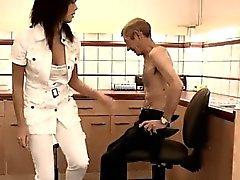 Grosse tette asiatiche adolescente causa Dokter Petra sta esaminando al problema sanitario