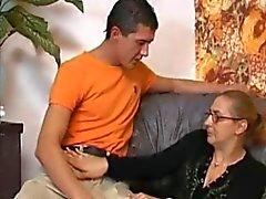 Granny In Visnetten neemt een Big Boner !