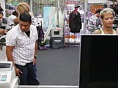 Короткое детка GF трахает во время ей Б.Ф. наблюдает за чтобы получить наличные деньги