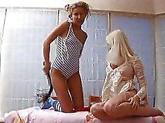 Bebês jovens chupando pirulito e masturbação