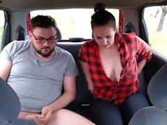 Big Tit Teen Rauchen Blinkt in der Öffentlichkeit