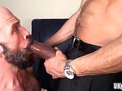 Muscular gay flip flop e ejaculação