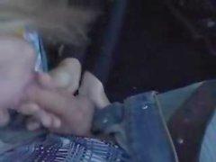 Blonde crépue latex se fait effectué à l'extérieur dans la voiture