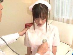 Shizuku enfermeira asiática recebe uma forte martelada