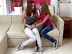 Schattige tieners in smerige lesbische anale seks