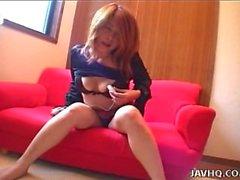 Asian brunette auf der Couch Spielzeug ihre nasse Muschi