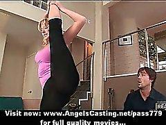 Milf bionda fa di yoga e pompino per il prossimo guy nelle pose del yoga