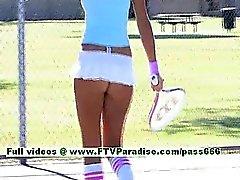 De Dara charmante blonde Tennis babe jeux et des seins clignotante