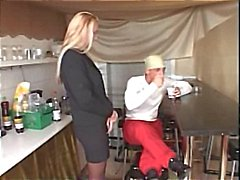 Heißer Reife blonde wird hart bei der winzigen Küche gehämmert erhält abspritzen auf Titten