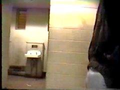 heure de pointe dans les toilettes publiques