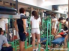Reizvolle Asiatisches Schätzchen trainieren Sie im enge Shorts