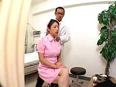 Bodacious enfermeira asiática com pernas sexy recebe seu corpo fabuloso