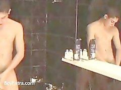 Twee hete homo's nemen samen een douche en zuigen op sommige pik