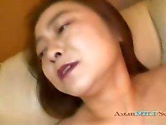Mujer oriental Mature conseguir su coño peludo estimulados
