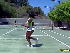 La muchacha del tenis Negro Stacey poner crema sexy con el culo