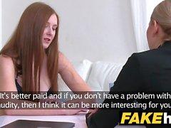Weibliche Agent Hot Redhead macht blonde sexy cum mit ihrem Mund