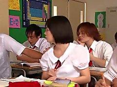 Mignon injectant schoolgirl d'Asie Yui Tsubaki