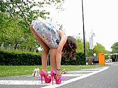 Teen skipping rope mit hohen Absätzen UPSKIRT Blick