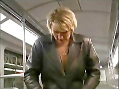 Unenjoyable nestlecock met grabber een schandalige gretchin 's krijgt stout op de trein