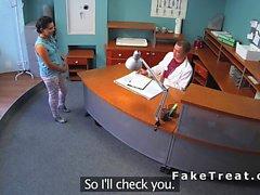 Curvato sopra stronzi esibisce nel ospedaliero falsa