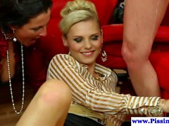 Glamorous Pissing Babes in Gruppen-Sharing-Hahn