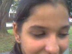 Indiano garota suga galo ao ar livre