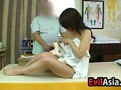 Japansk tjej Får av massage och inlägget Fuck