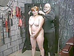 Söpö nuori brunette orja tyttö nauhat alasti nöyryytyksen pelata kellarissa
