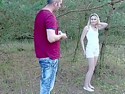 Pieni ja siro Teen Vaalea Hardcore seksiä metsässä isäpuoli