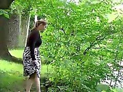 Bionde Hot pisciare piedi in un parco del pubblico