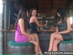 Drie hete brunette lesbiennes krijgen