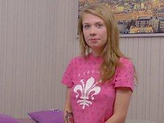 Mignonne teen Gwyneth Petrova perd sa virginité avec un pervers mature
