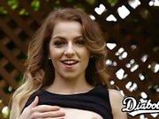 La giovane e carina Alana Summers è stata sborrata in bocca dopo un cazzo duro