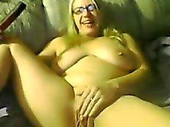 Del grasso Blonde Woman masturba sulla macchina fotografica