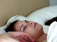 Beata Ondina e della sua amica le dita pussies sul letto