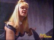 Zwei versaute blonde Dominos haben einige freche Spaß mit einem geilen