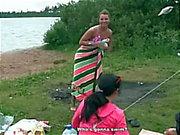 Reizvoller getrunken sowie heißes Wochenende auf dem Flussufer